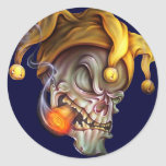 Cráneo del bufón que fuma pegatina redonda