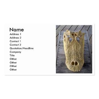 Cráneo del cocodrilo en la cubierta de madera, cab tarjeta de visita