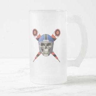 Cráneo del fútbol con los marcadores del casco y d tazas de café