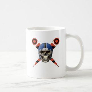 Cráneo del fútbol con los marcadores del casco y d taza de café