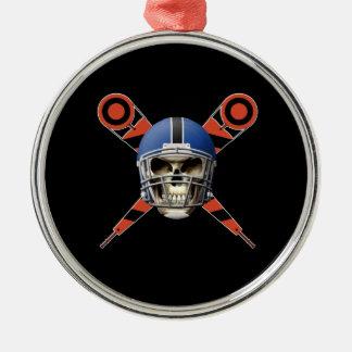 Cráneo del fútbol con los marcadores del casco y adorno redondo plateado
