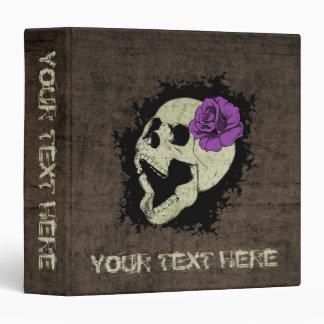 """Cráneo del gótico con el fondo color de rosa y del carpeta 1 1/2"""""""