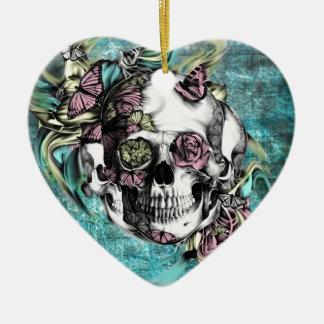 Cráneo del humo de la mariposa en rosado y adorno de cerámica en forma de corazón