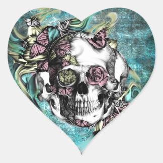 Cráneo del humo de la mariposa en rosado y colcomanias corazon