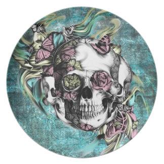 Cráneo del humo de la mariposa en rosado y plato