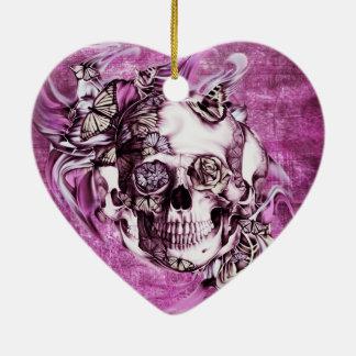 Cráneo del humo del ciruelo con las mariposas adorno navideño de cerámica en forma de corazón