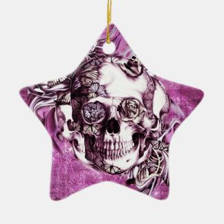Cráneo del humo del ciruelo con las mariposas adorno navideño de cerámica en forma de estrella