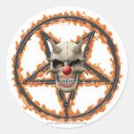 Cráneo del payaso del demonio y Pentagram ardiente Pegatina Redonda