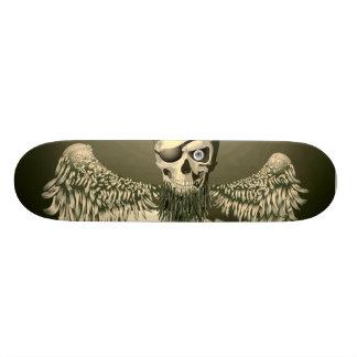 Cráneo del pirata con el monopatín de las alas patin personalizado