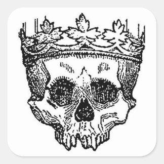 Cráneo del pirata con la corona calcomanía cuadrada