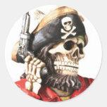 Cráneo del pirata con la pistola pegatinas redondas
