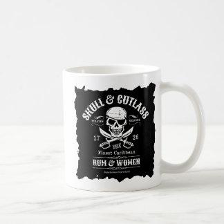 Cráneo del pirata con los machetes cruzados taza de café