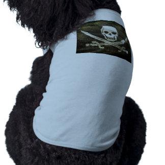 Cráneo del pirata en espadas cruzadas playera sin mangas para perro