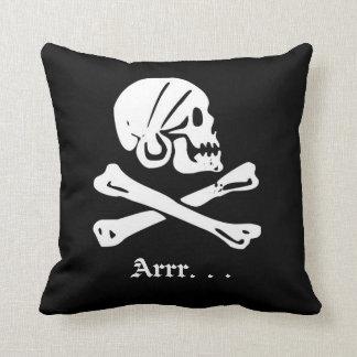 Cráneo del pirata en pañuelo sobre los huesos cojín decorativo