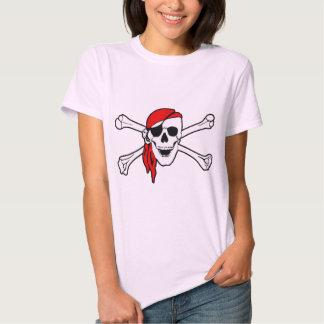 Cráneo del pirata y camiseta de las señoras de la playera