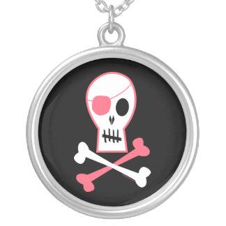 Cráneo del pirata y collar rosados de la bandera