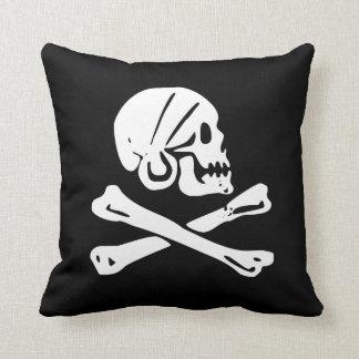 Cráneo del pirata y huesos cruzados cojín decorativo
