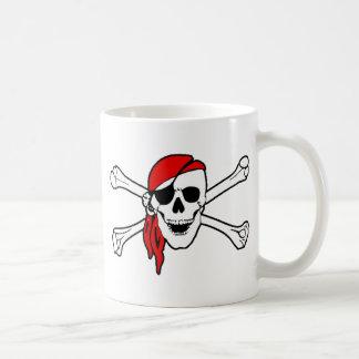 Cráneo del pirata y taza de la bandera pirata
