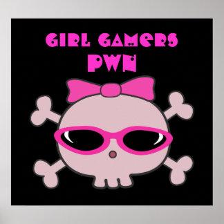 Cráneo del pwn de los videojugadores del chica con póster