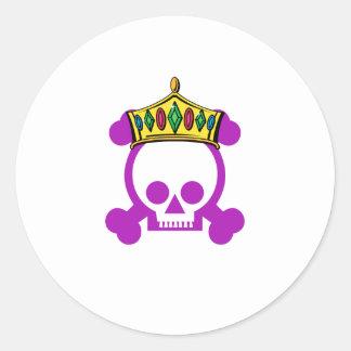 Cráneo del rey de la reina etiquetas redondas