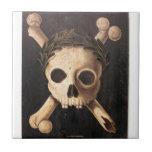 Cráneo del siglo XVII y bandera pirata Tejas Ceramicas