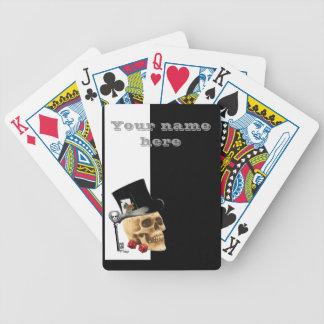 Cráneo divertido del jugador baraja cartas de poker