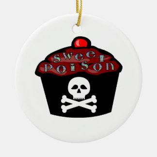 Cráneo dulce y bandera pirata de la magdalena del adorno navideño redondo de cerámica