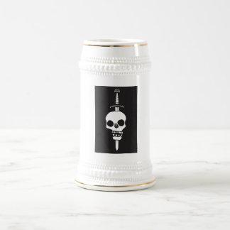 Cráneo empalado en una oscuridad de la espada jarra de cerveza