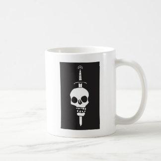 Cráneo empalado en una oscuridad de la espada taza básica blanca