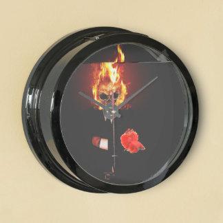 Cráneo en el fuego reloj aqua clock