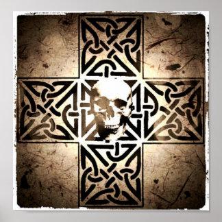 Cráneo en el negro de la cruz céltica, sepia, post póster
