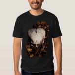 Cráneo en la camiseta de las hojas playera