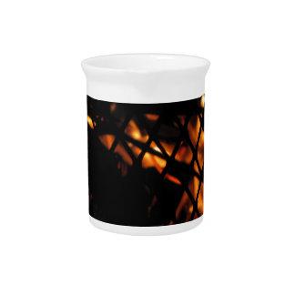 Cráneo en la fotografía del fuego jarra de beber