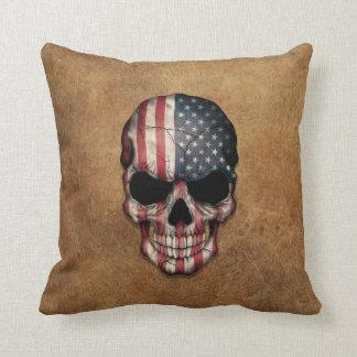 Cráneo envejecido y llevado de la bandera american almohada