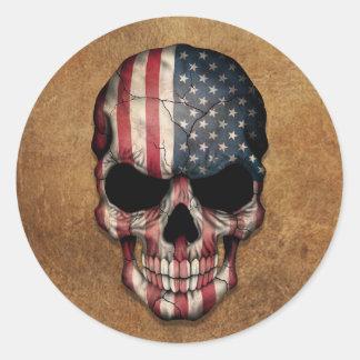 Cráneo envejecido y llevado de la bandera american etiquetas redondas