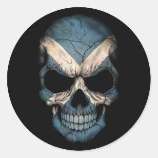 Cráneo escocés de la bandera en negro etiquetas redondas