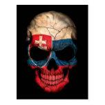 Cráneo eslovaco de la bandera en negro postal