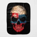 Cráneo eslovaco de la bandera en negro paños de bebé