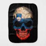 Cráneo esloveno de la bandera en negro paños de bebé
