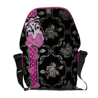 Cráneo espeluznante del chica con el arco rosado e bolsa de mensajeria