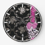 Cráneo espeluznante del chica con el arco rosado e relojes de pared