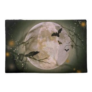 Cráneo espeluznante en Luna Llena con los pájaros