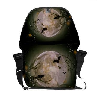 Cráneo espeluznante en Luna Llena con los pájaros Bolsa De Mensajería
