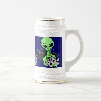 Cráneo extranjero y humano taza de café