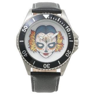 Cráneo femenino del tatuaje con las decoraciones reloj de mano
