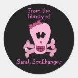Cráneo femenino rosado con Bookplates personalizad Pegatina Redonda