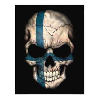 """Cráneo finlandés de la bandera en negro invitación 4.25"""" x 5.5"""""""