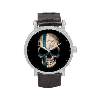Cráneo finlandés de la bandera en negro reloj de mano