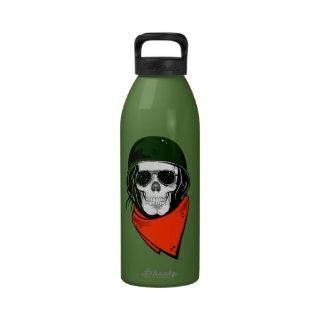 cráneo fresco con las gafas de sol y el casco botellas de agua reutilizables