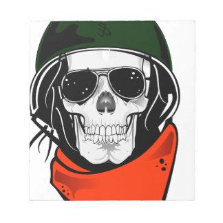 cráneo fresco con las gafas de sol y el casco bloc